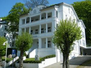 Frontansicht der Villa Celia mit stilvoller Bäderarchitektur in der Prachtstraße Sellins