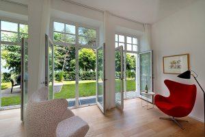 Villa Seeblick Wohnung 03: Blick aus dem Wohnzimmer in den Garten und auf die Ostsee