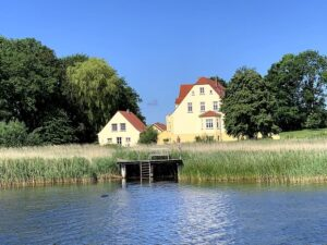 Traumhafte Lage des Gutshauses Grubnow direkt am Lebbiner Bodden auf Rügen